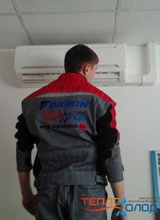 Чистка и обслуживание сплит-систем. Инженер компании теплохолод.